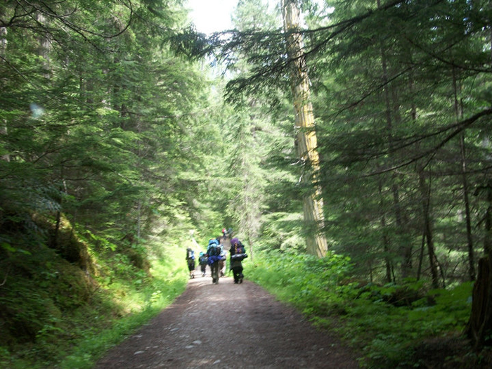 Students on the trail towards Kinny Lake