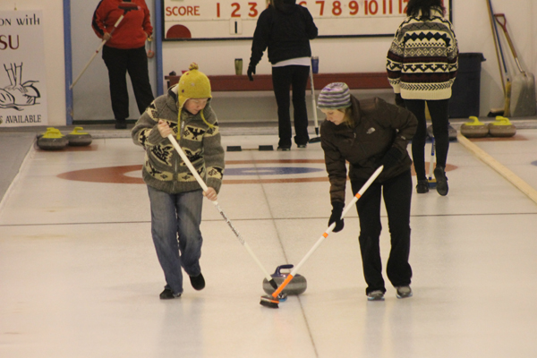 curl, curling, bonspiel, women's sport, sport, sweeping, ice, rink, recreation