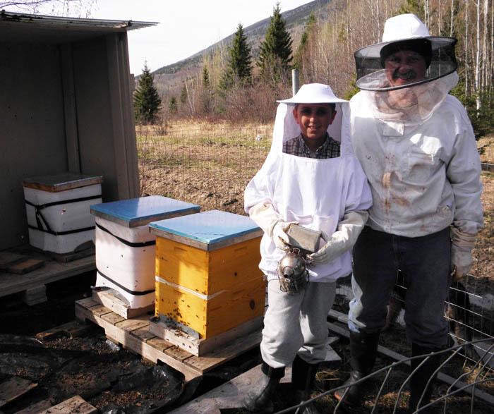 Mike and Alex beekeepers M Podina Marcu_web