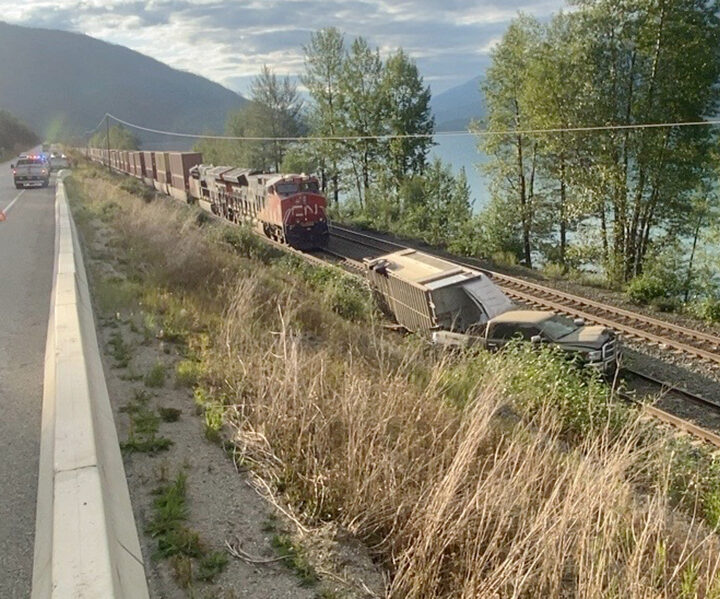 Collision with train averted: pipeliners aid motorists stuck on tracks