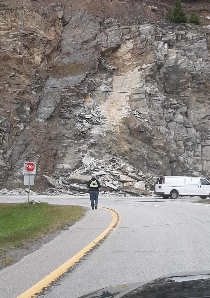 Rockslide closes lane at Tete Jaune